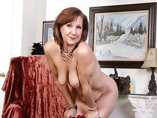 American gilf Penny gives her old pussy the the feeling treatment