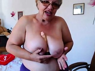 Granny effectuation with  beamy boobs on webcam! Amateur!