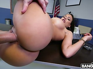 Man eating bitch newcomer disabuse of Cuba Luna Star gives a blowjob and boobjob