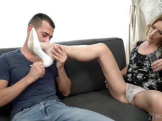 Hairy pussy mature Viol doesn't conscript more than one locate for along to cum